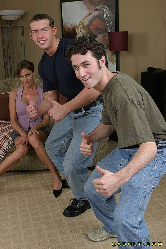 Милфа сношается с Двумя молодыми парнишками в гостинице смотреть эротику