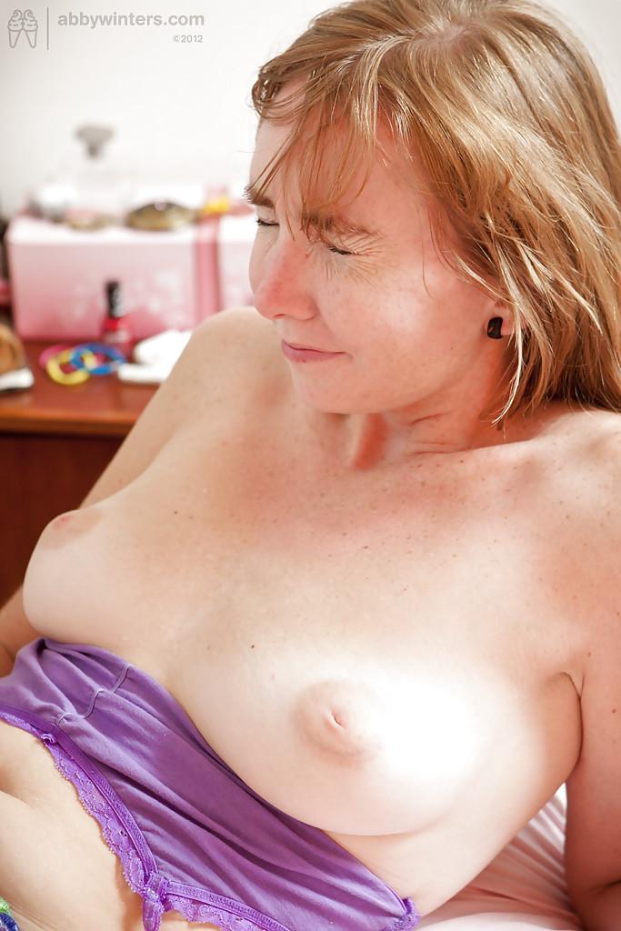 Молодые лесбиянки занимаются любовью в спальне