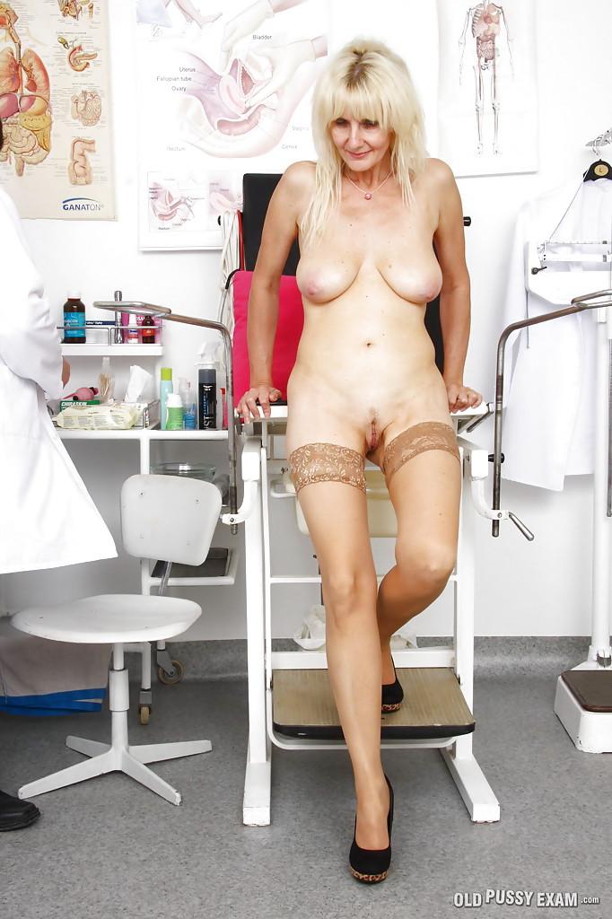 Возрастная блондинка сидя в гинекологическом кресле вставила в киску инструмент