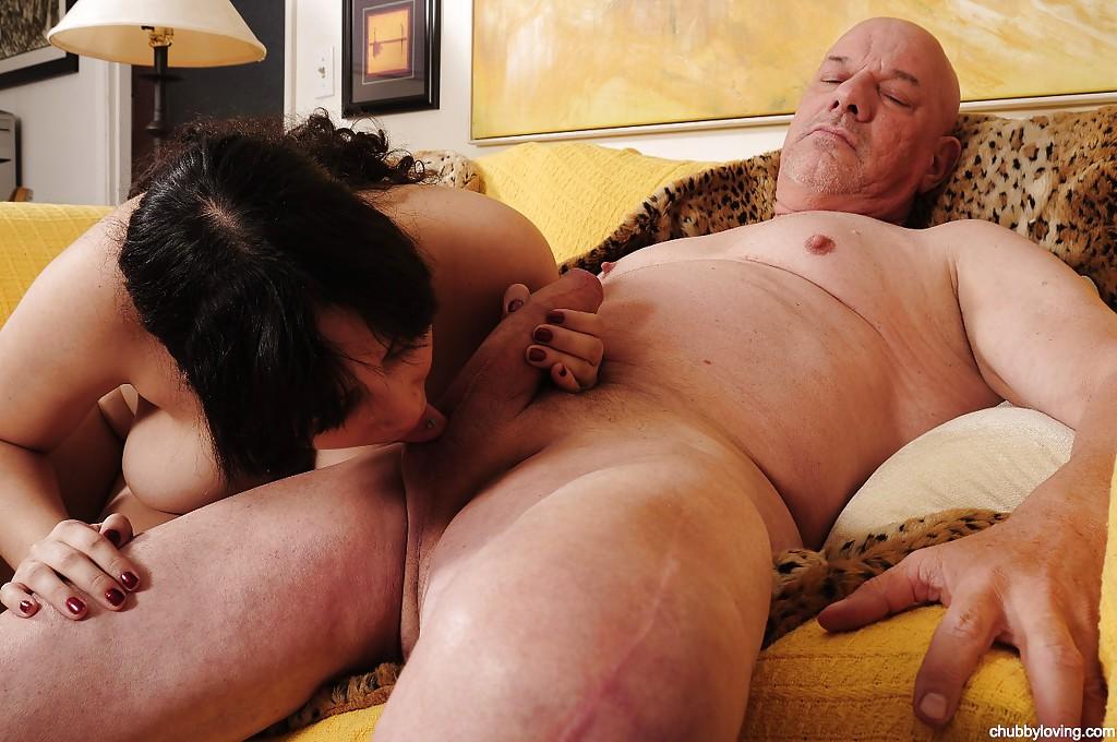 Полненькая молодуха отсасывает старику у него дома