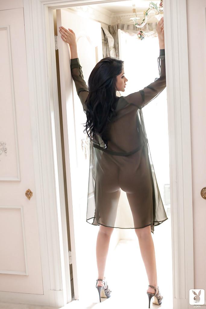 Привлекательная темноволосая девка в своей квартире показала гигантские титьки и все остальное