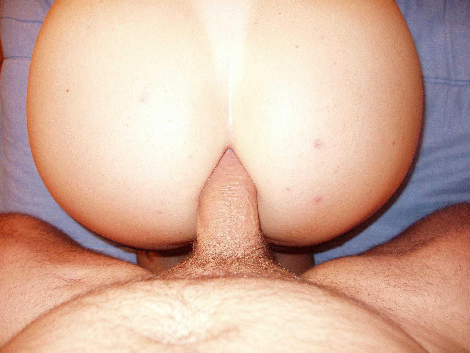 Вертихвостка целует пенис любовника в домашних условиях