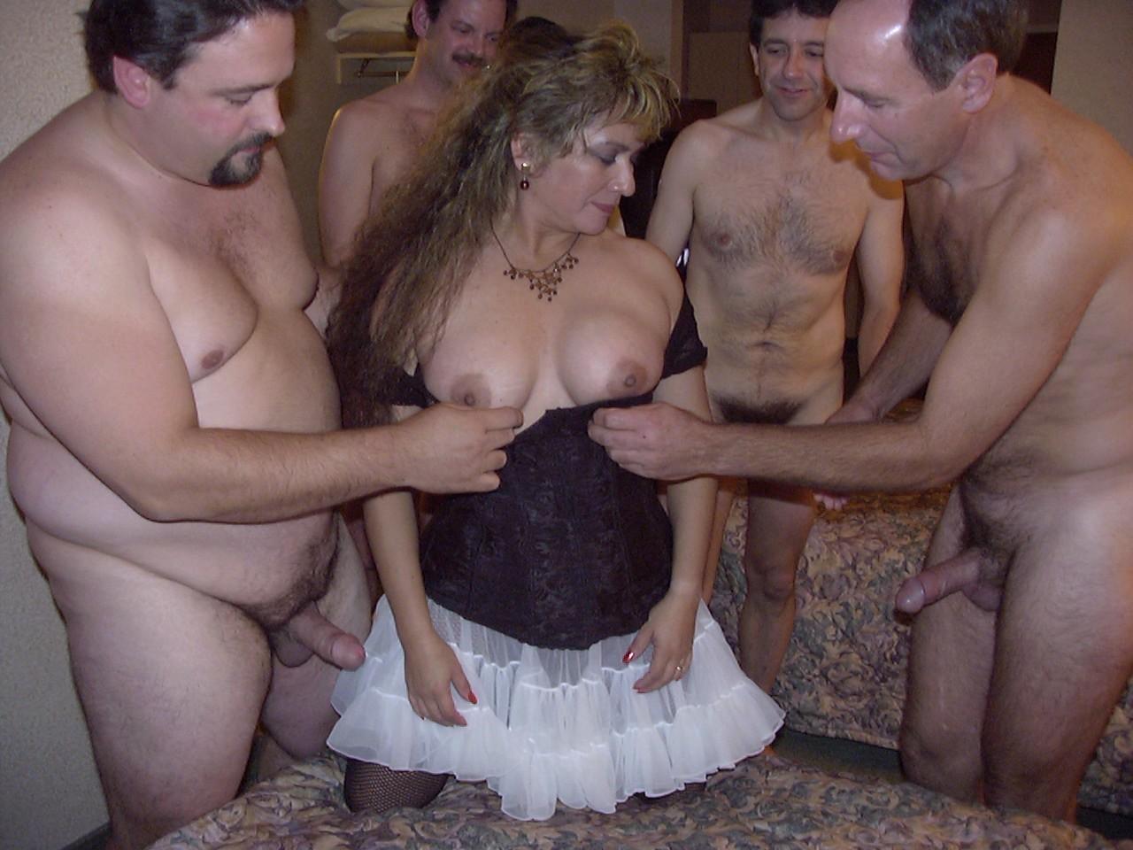 Взрослая сучка согласилась на групповуху с парнями