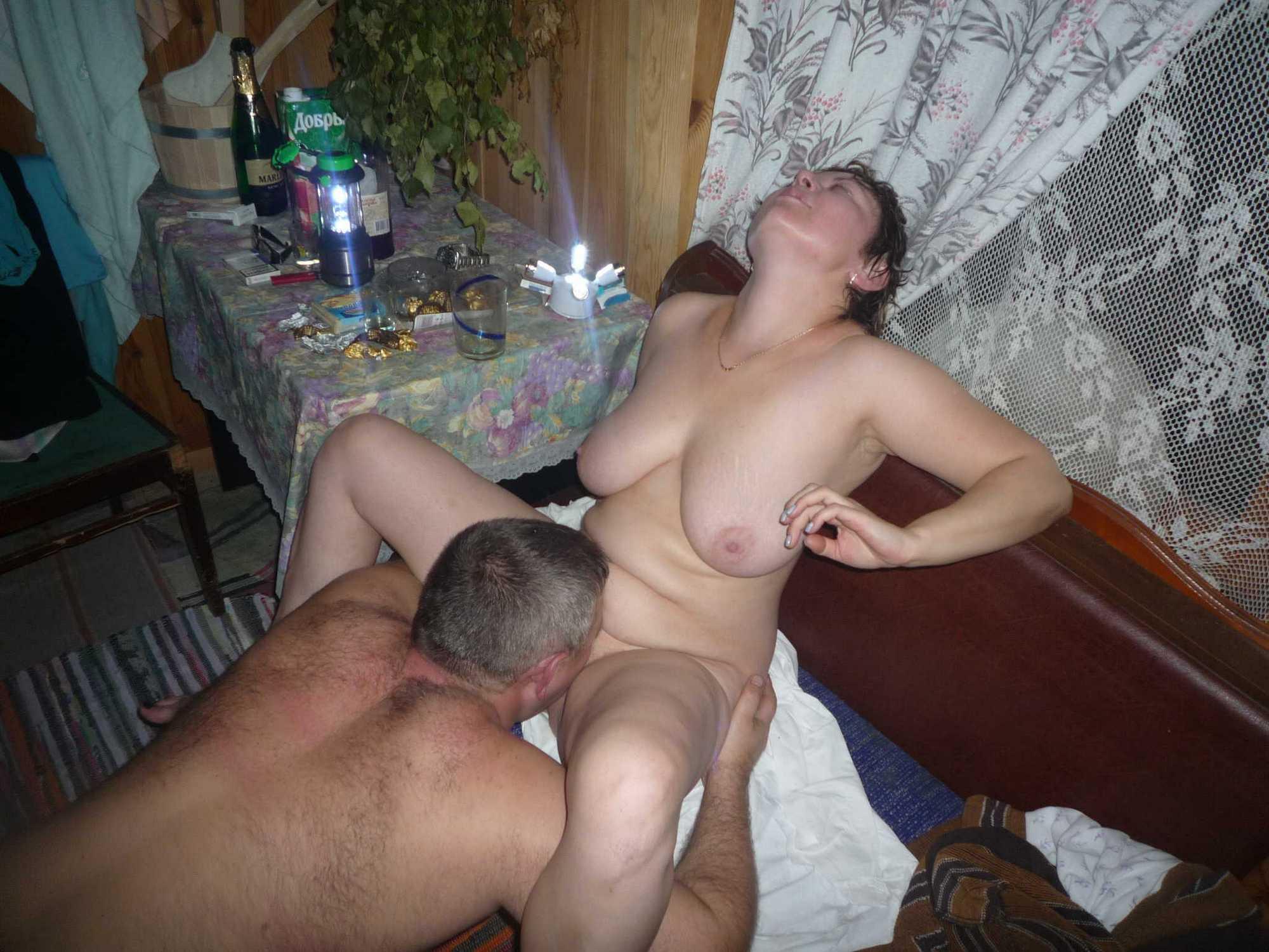 В домашних условиях толстая фрау ублажает одновременно двоих самцов