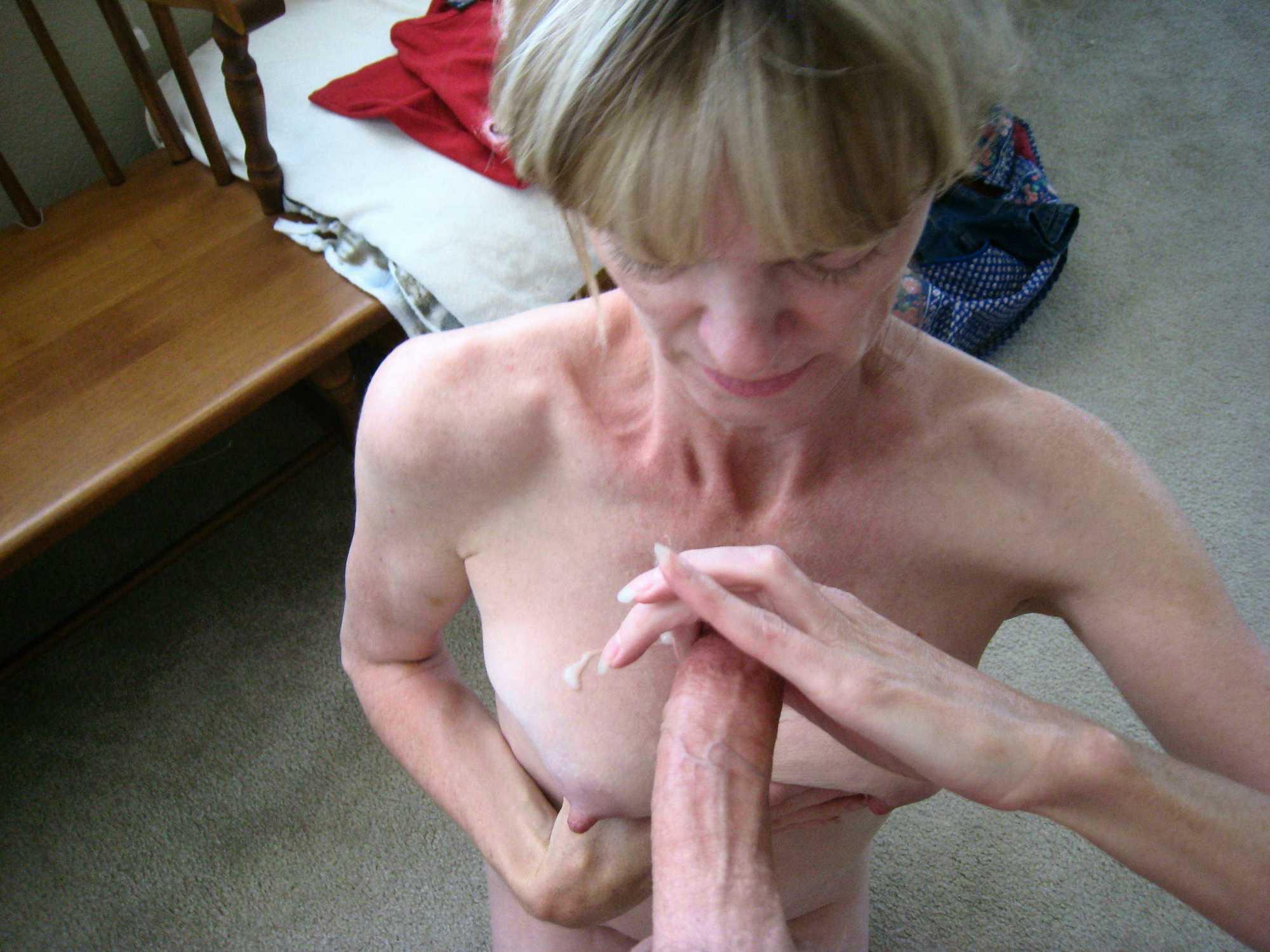 Женщина в очках делает минет стоя на коленях на полу