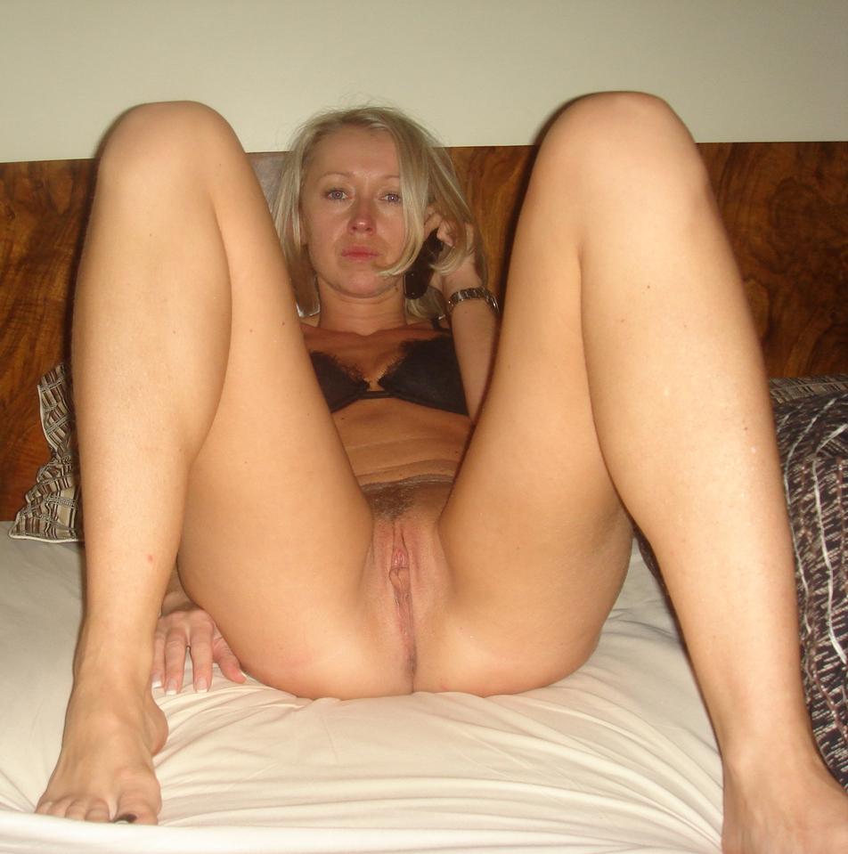 Дома блондинка мастурбирует длинным фаллоимитатором