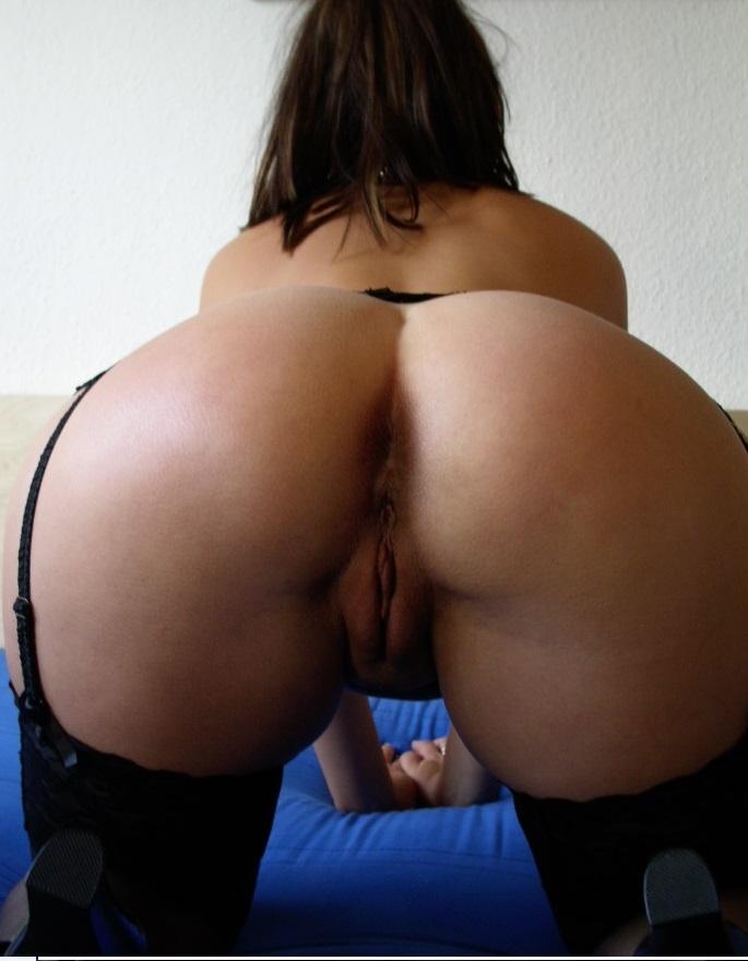 Телка получила сперму на попку после секса втроем