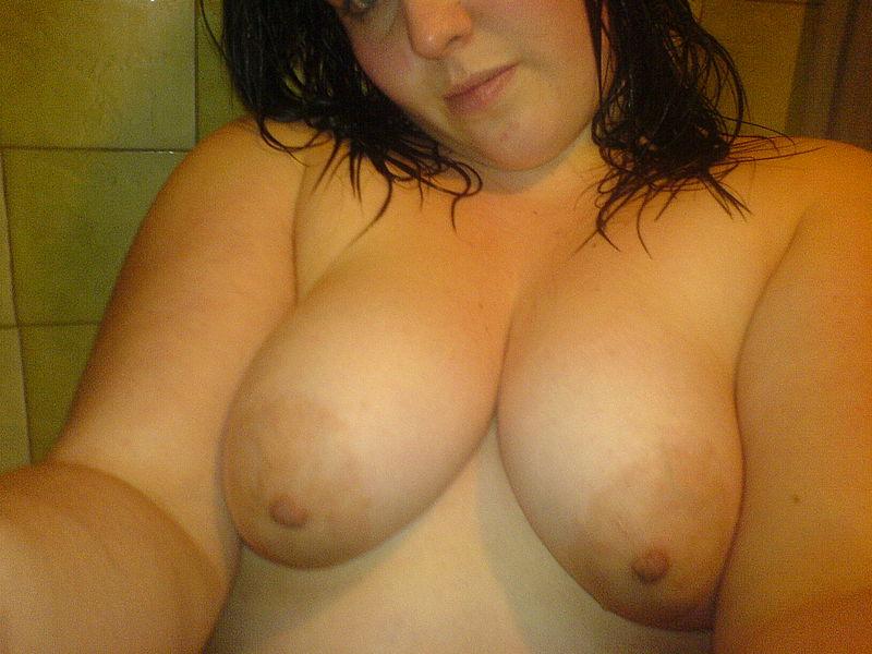 Толстая девушка светит дойками на свежем воздухе
