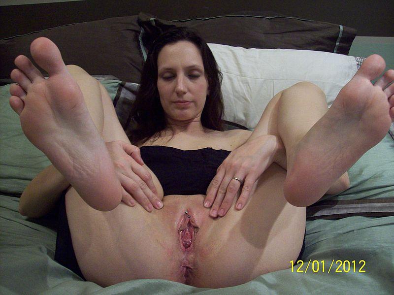 На кровати мамочка показывает ухоженную писюшку смотреть эротику
