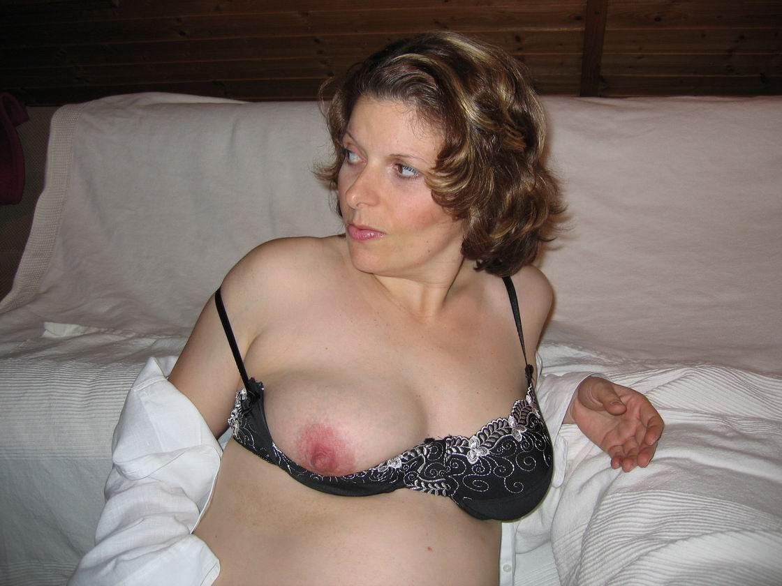 Даже во время беременности милфа не прочь хвастаться вагиной