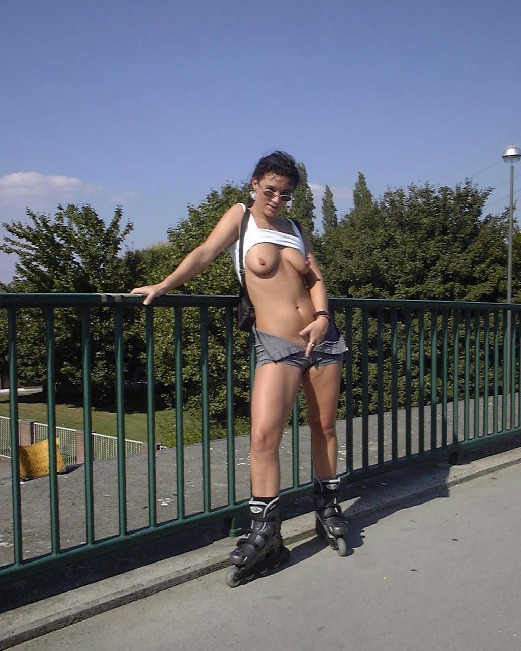 Женщина хвастается писей вернувшись с прогулки смотреть эротику