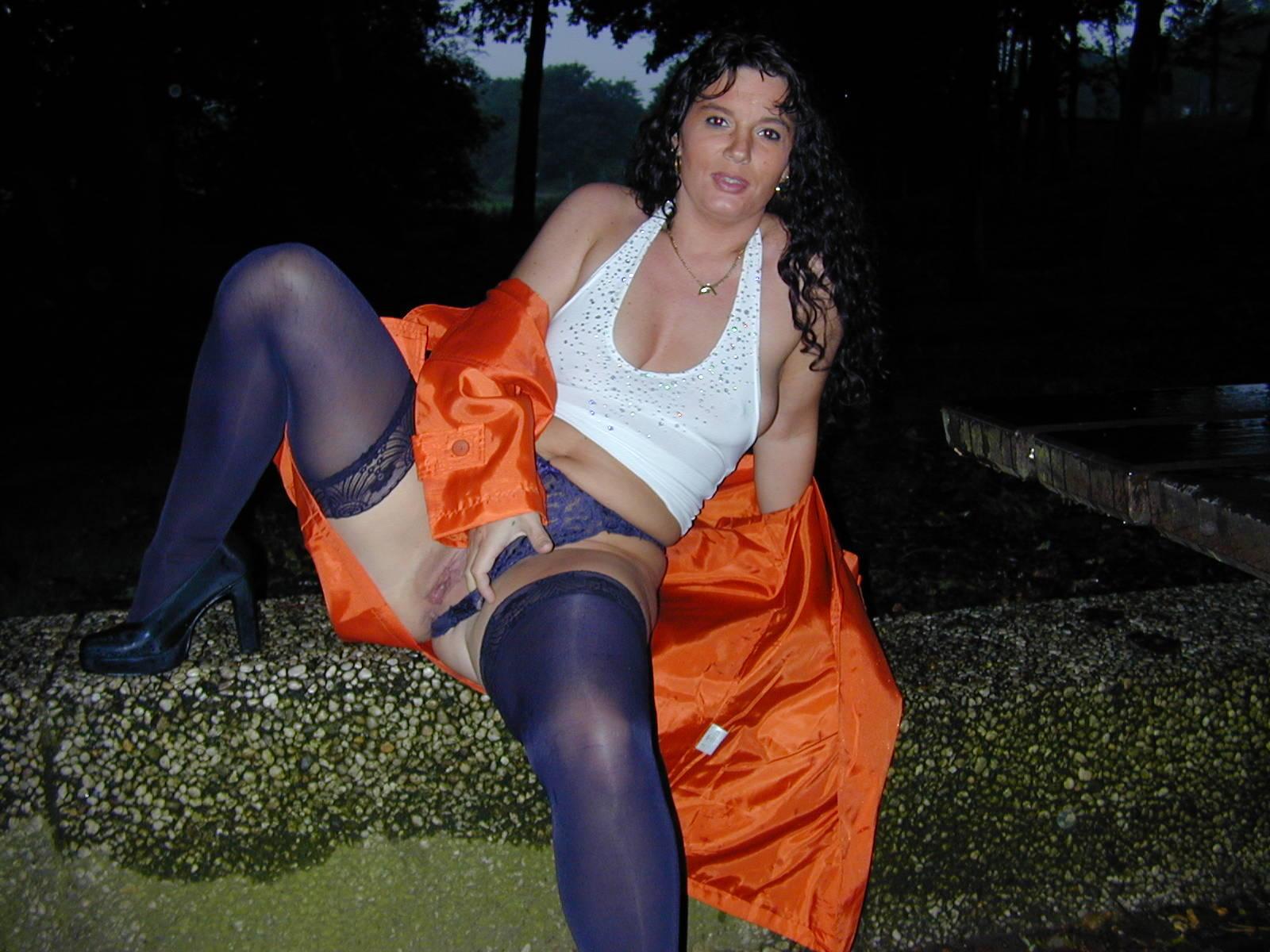 Брюнетистая мама гладит вульву в общественном месте секс фото