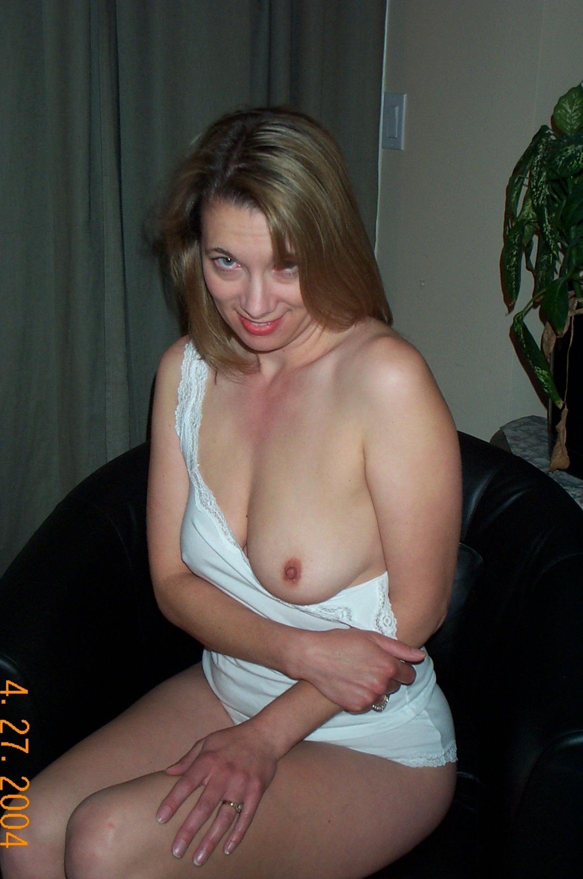 Тетка с интимной стрижкой лежит без белья на кровати