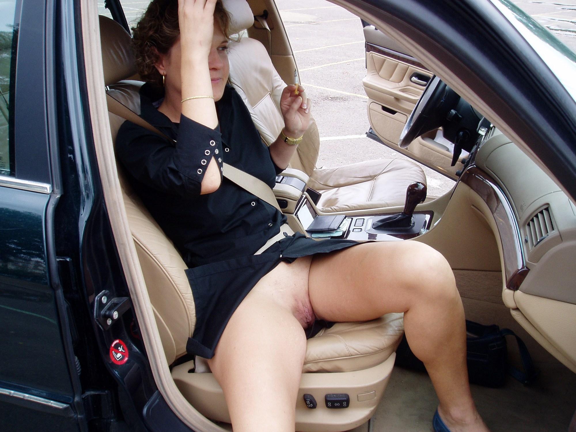 На столе женщина в чулках трахает себя огурцом