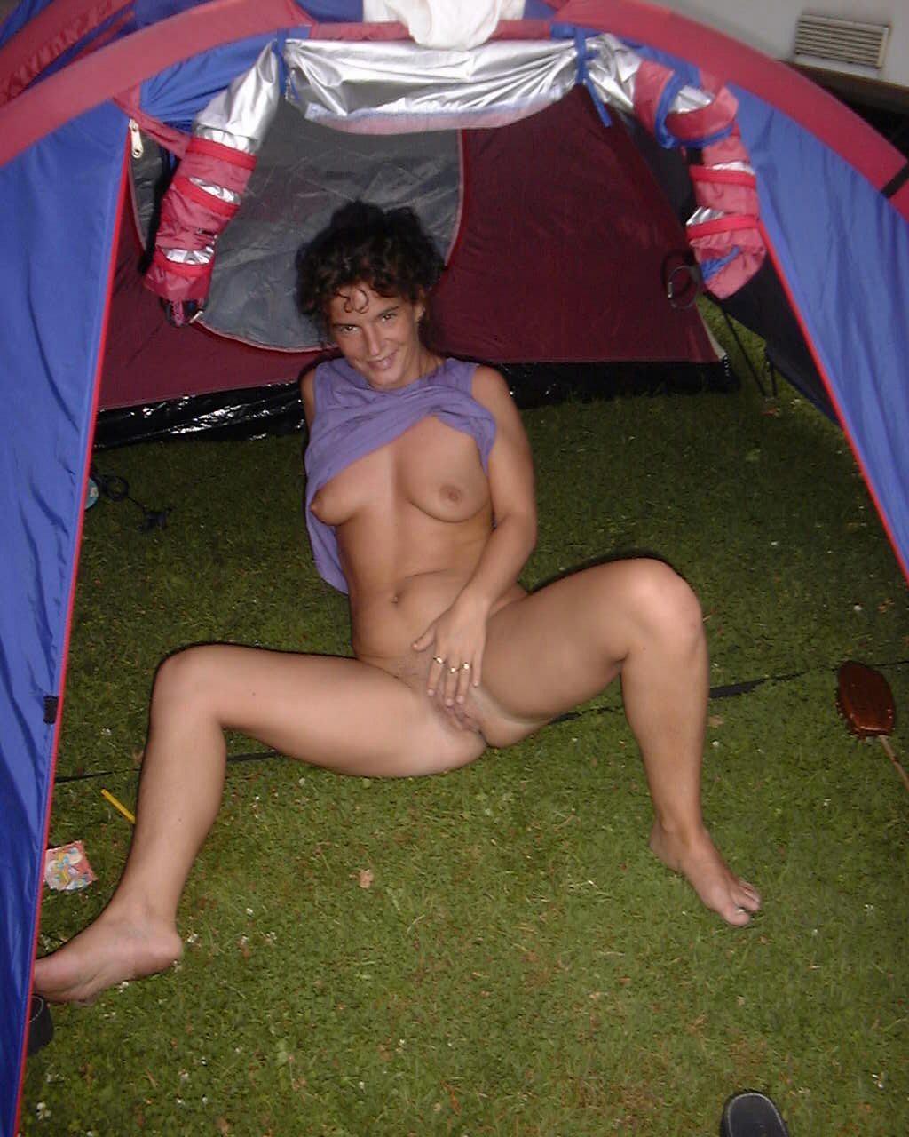 Обнаженная особа светит писечкой в палатке