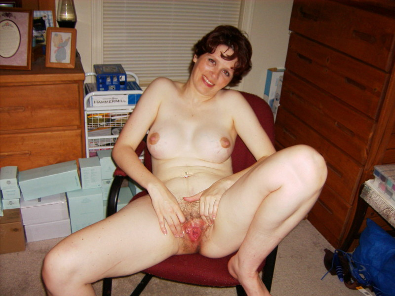 Женщина светит небритым влагалищем в апартаментах
