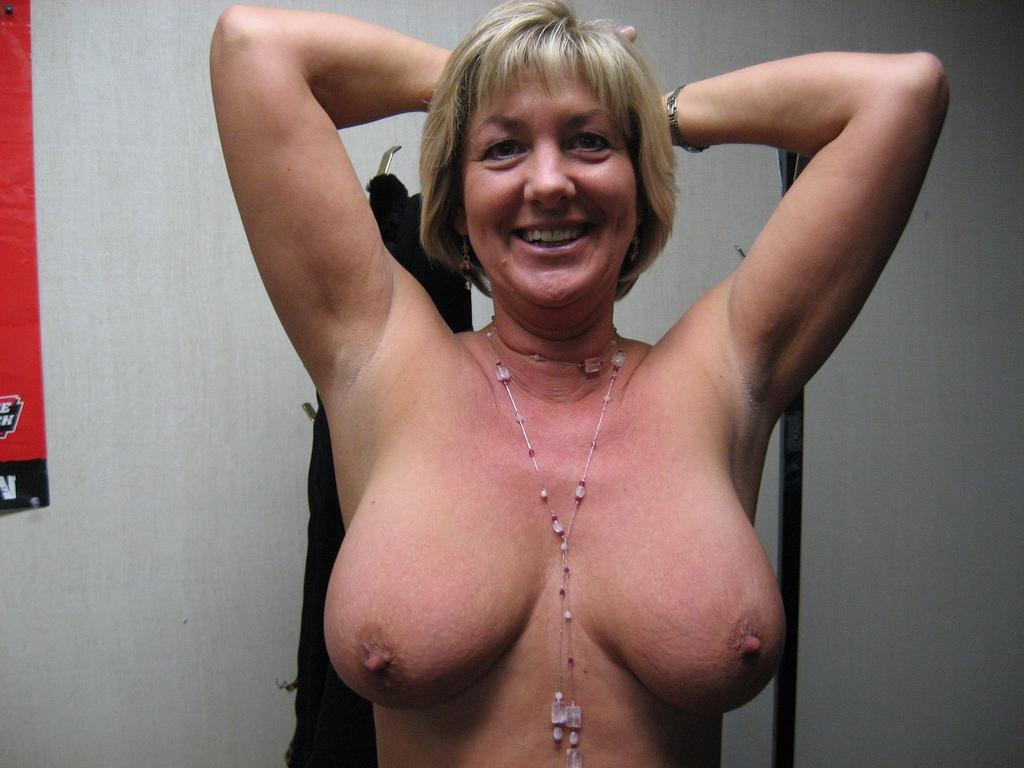 Женщина на природе показывает обвисшую грудь вместе с промежностью