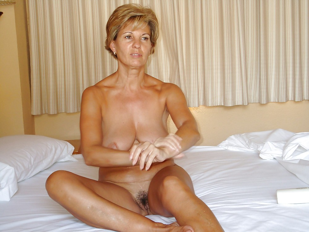 В отпуске мама принимает солнечные ванны в одних трусах