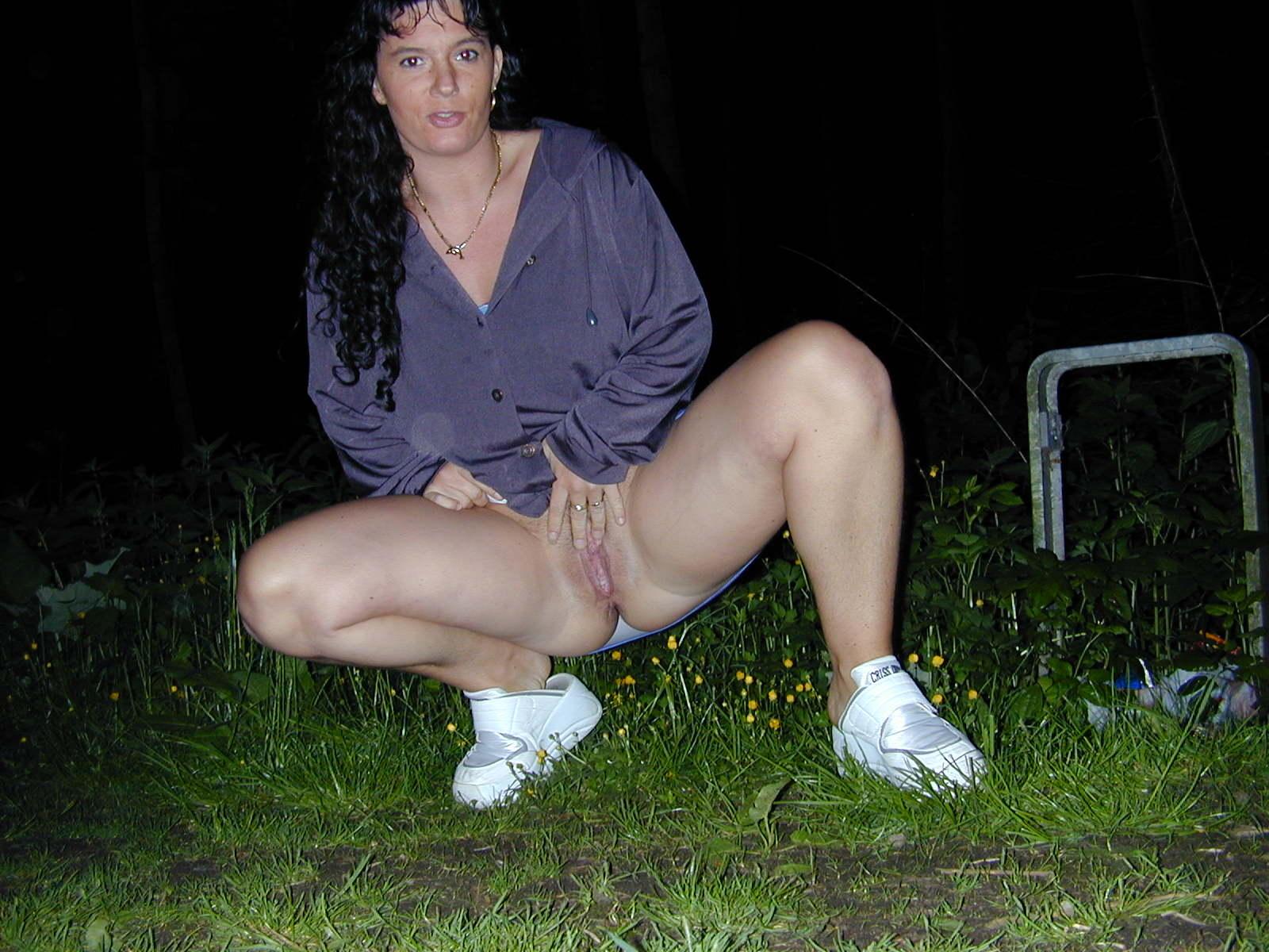У дороги мамаша блистает своей вульвой смотреть эротику