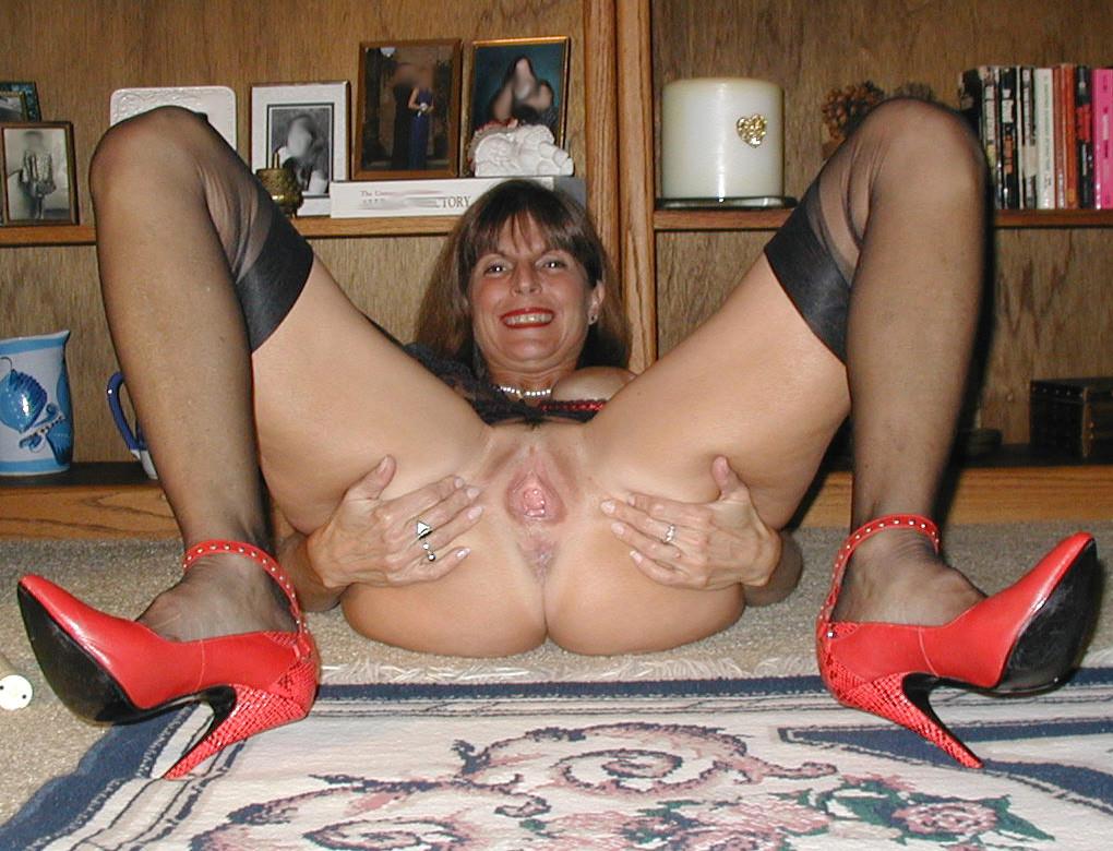 Милфа в нижнем белье теребонькает сидя на полу
