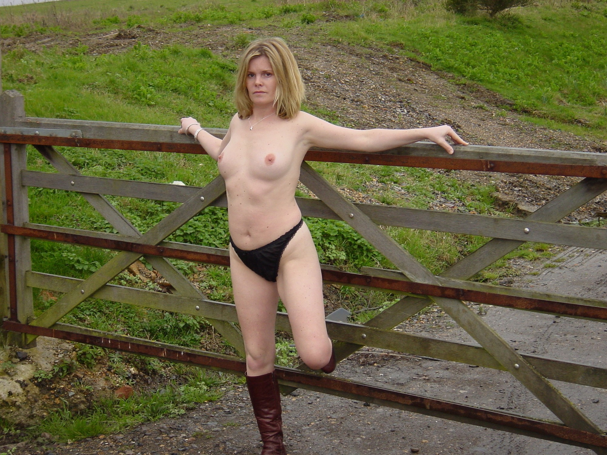 Шлюха щеголяет по ранчо в одних трусиках