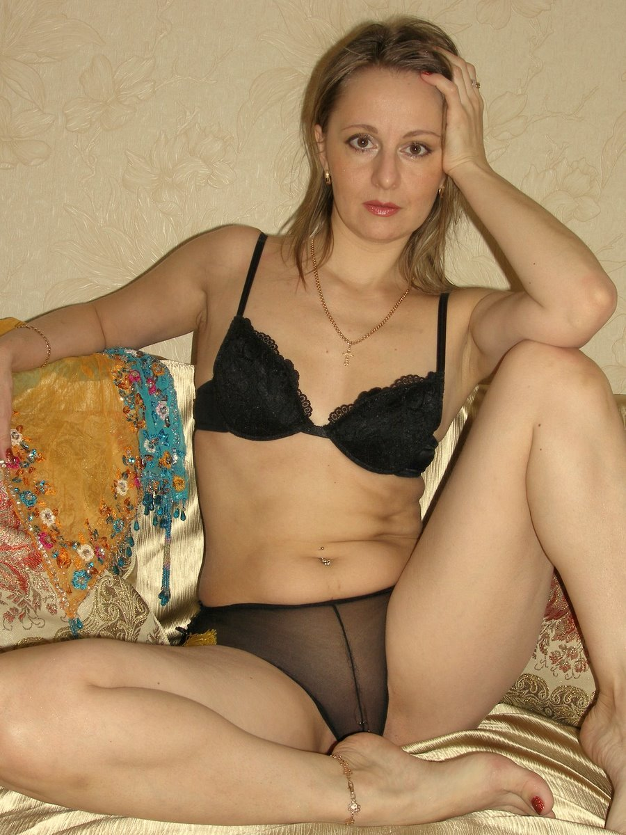 Взрослая мадам без одежды лежит в койке