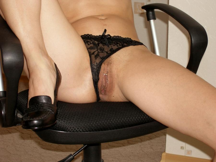 Сидя на кресле мамка демонстрирует писюшку