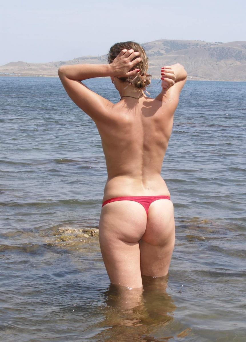 Мамка в красных плавках отдыхает на море