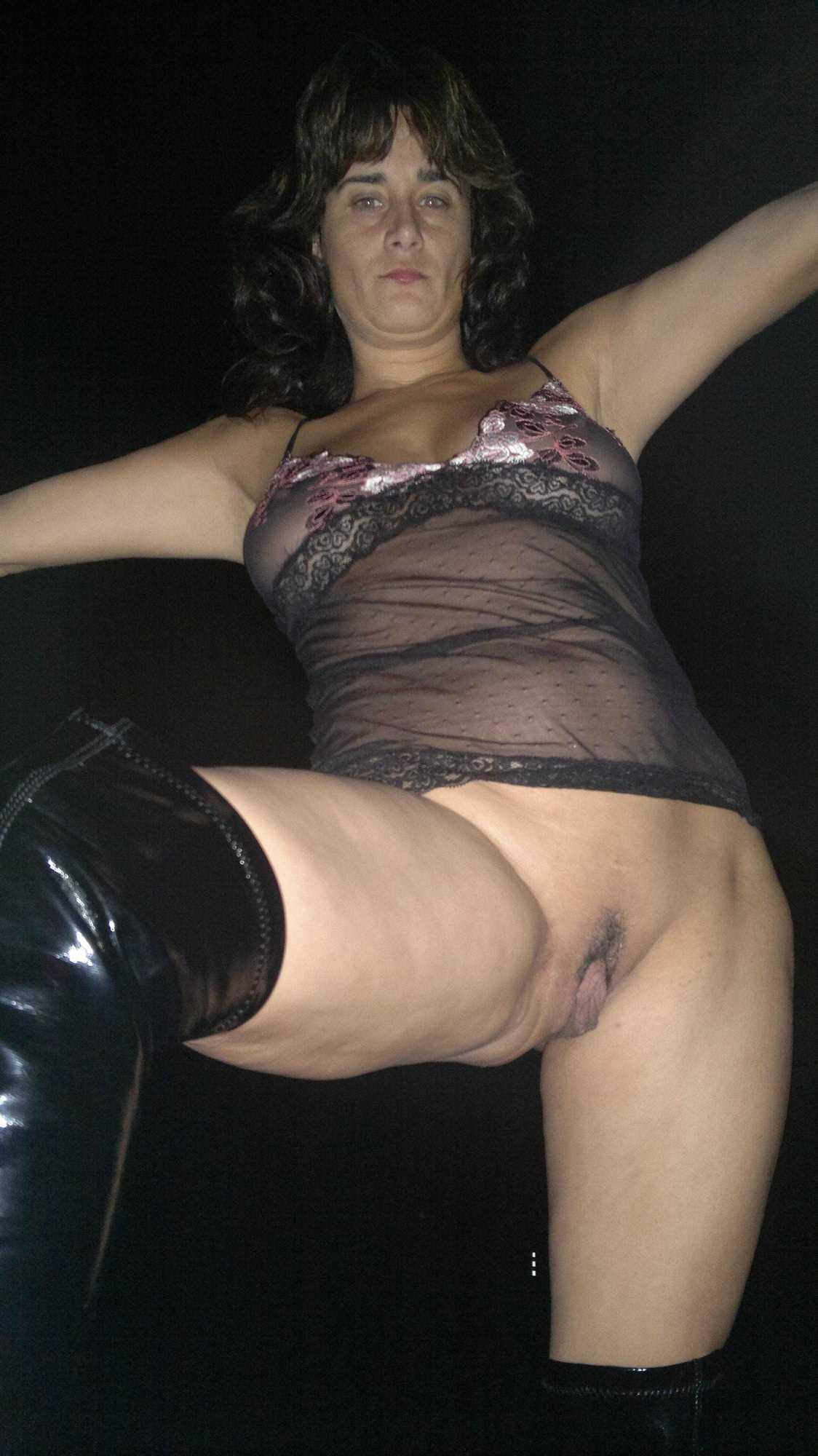 На тахте зрелка разводит ножки демонстрируя роскошное влагалище