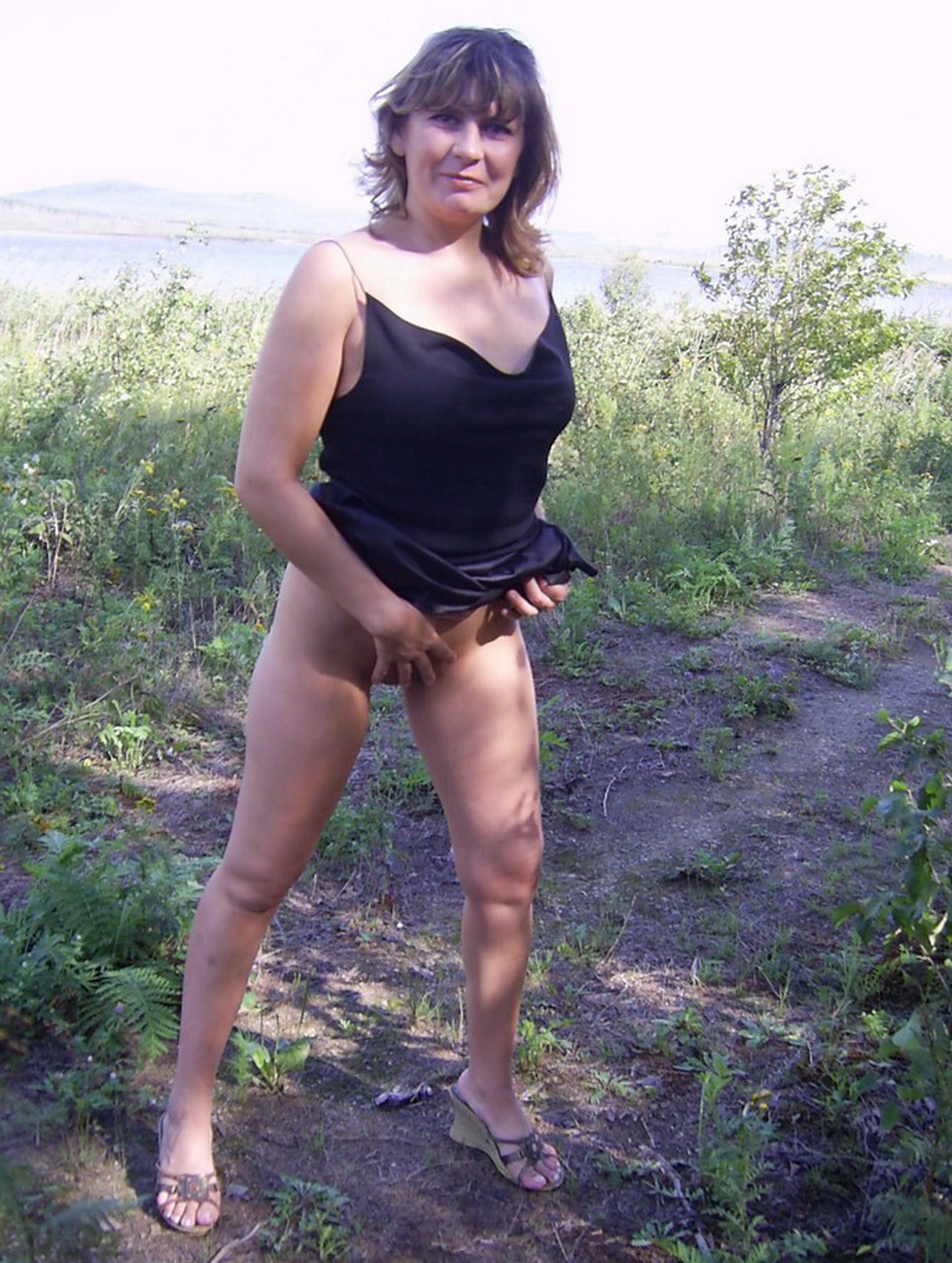 Леди догола сняла одежду на природе