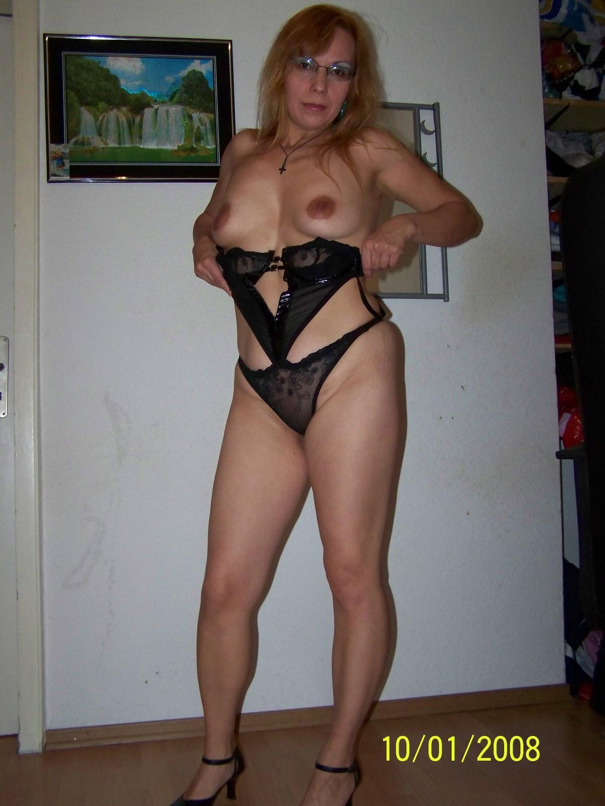 Очкастая зрелка в квартире позирует в нижнем белье | порно и секс ...