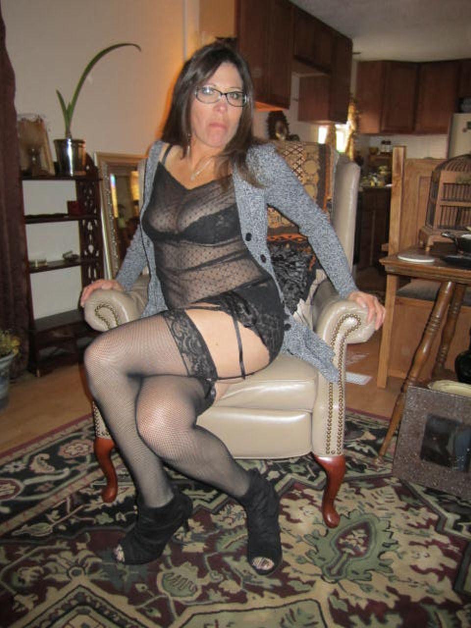 На кухне мама в юбке бахвалится киской секс фото