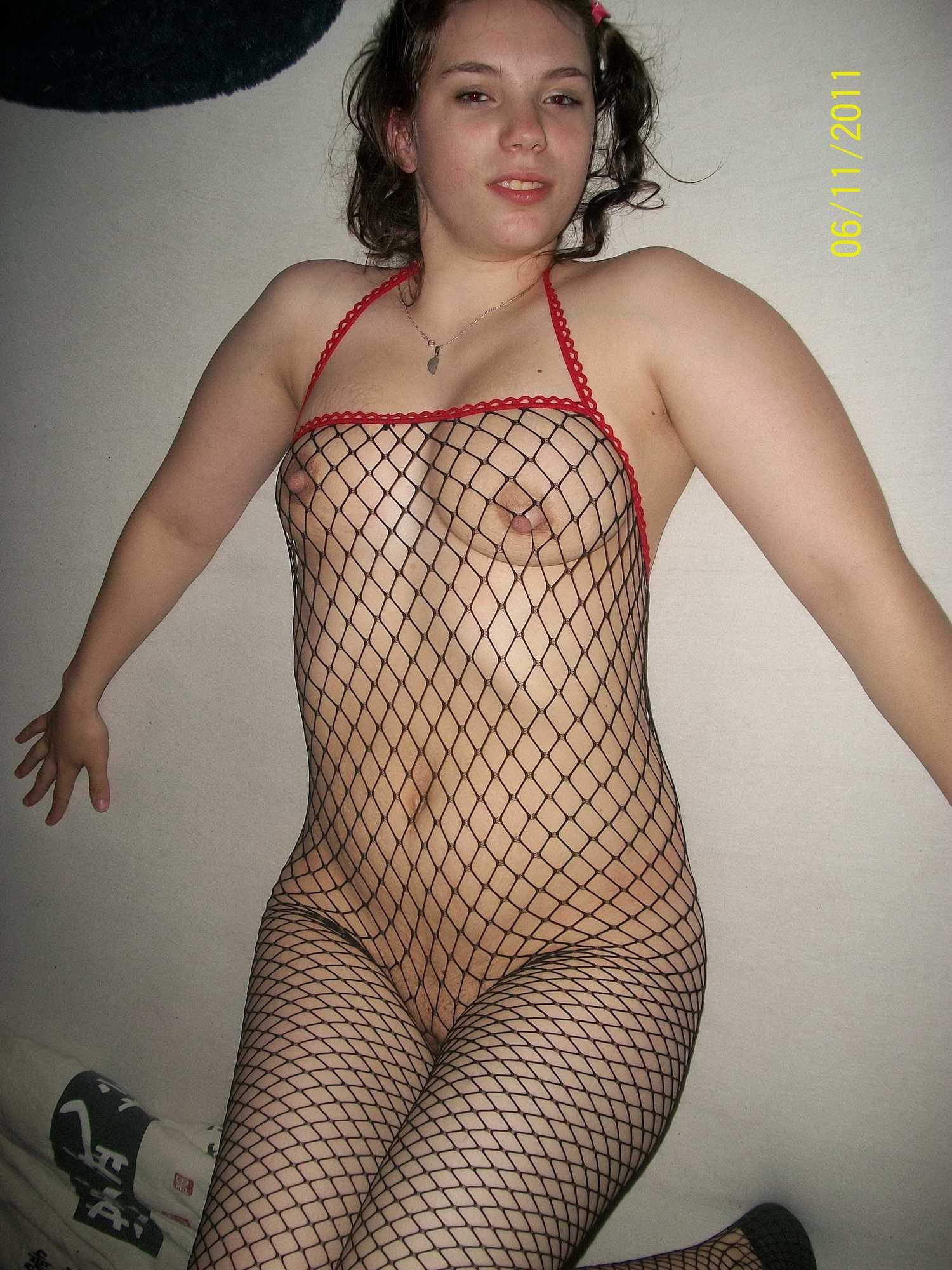 Беременная юная чика в комнате светит титьками в сетчатом бодистокинге секс фото