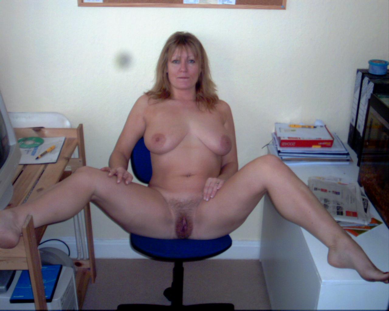 В свободное время зрелка светит громадными сисяндрами секс фото