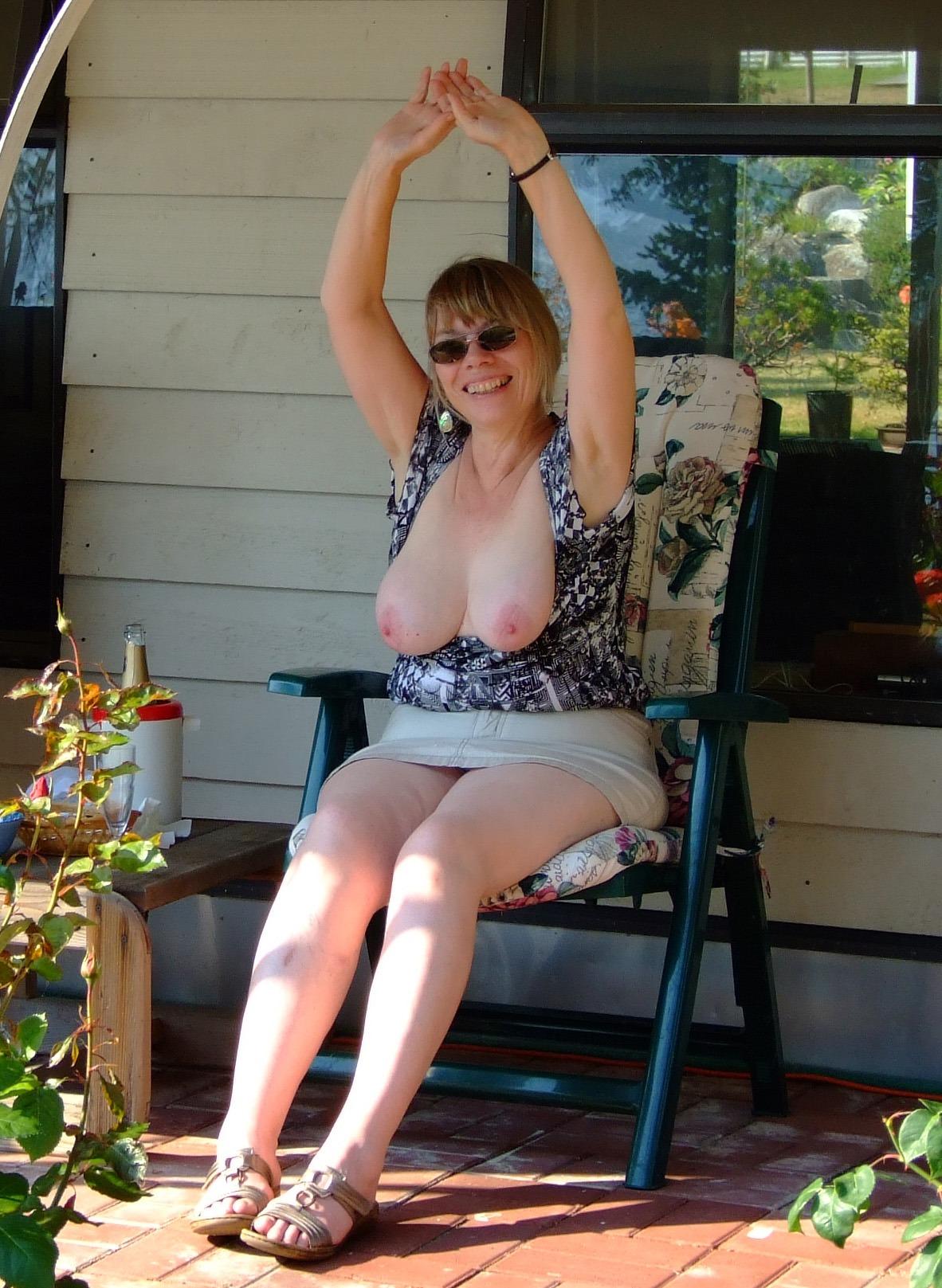 43 Летняя баба обнажает груди даже за пределами на кухне