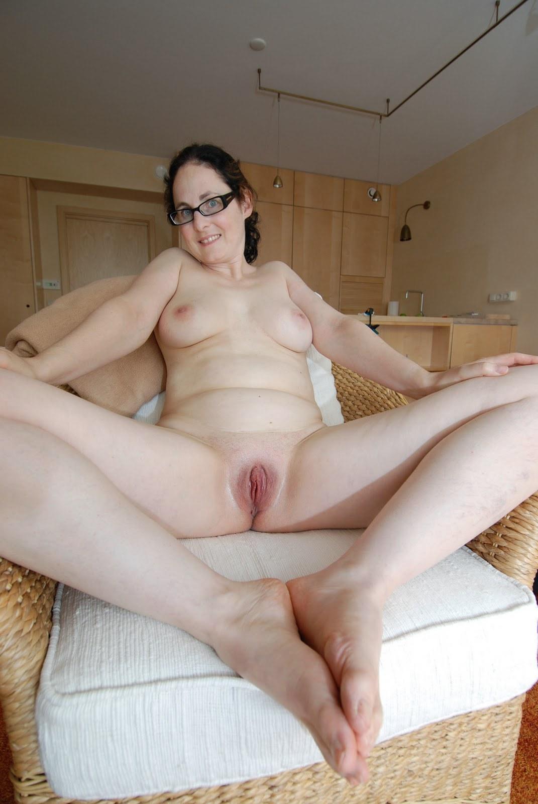 Представительница слабого пола в очках даже в людном месте готова светить побритой писькой секс фото