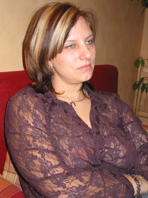 В гостях милфа фотографируется в обнаженном виде