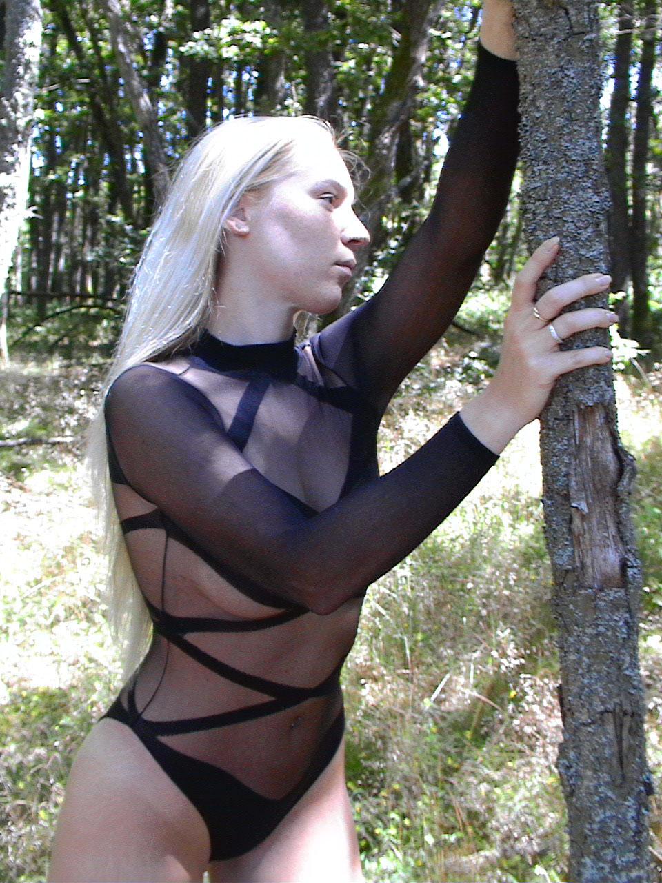 Блонда любит позировать в нижнем белье в свободное время