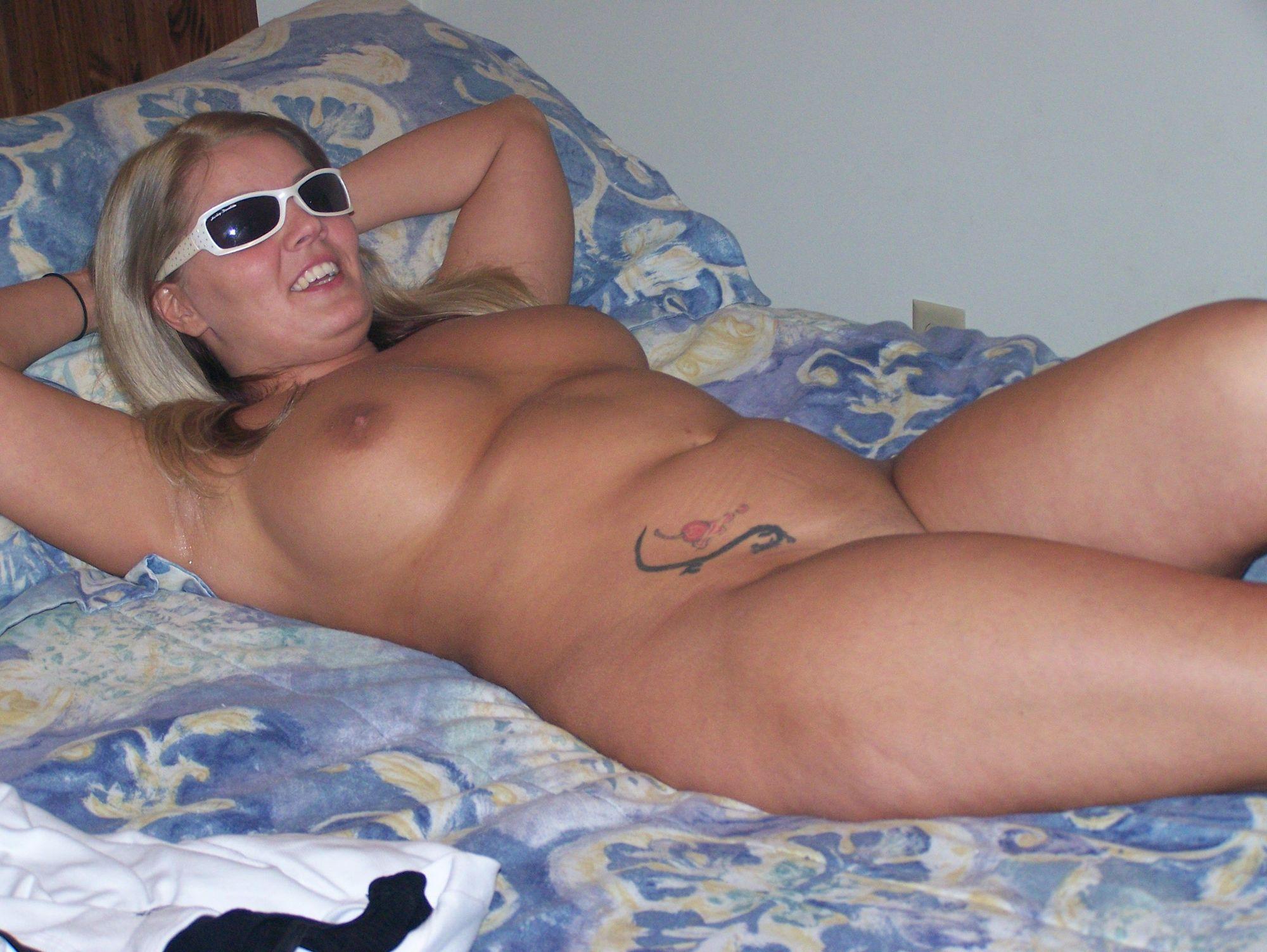 Нагая блядь лежит на кровати секс фото