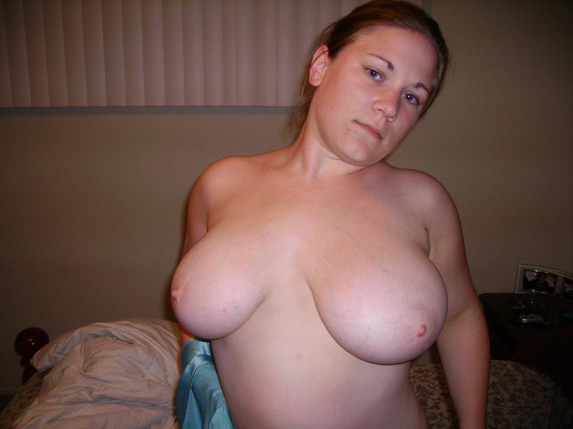 Бабенка красуется большими дойками после мастурбации