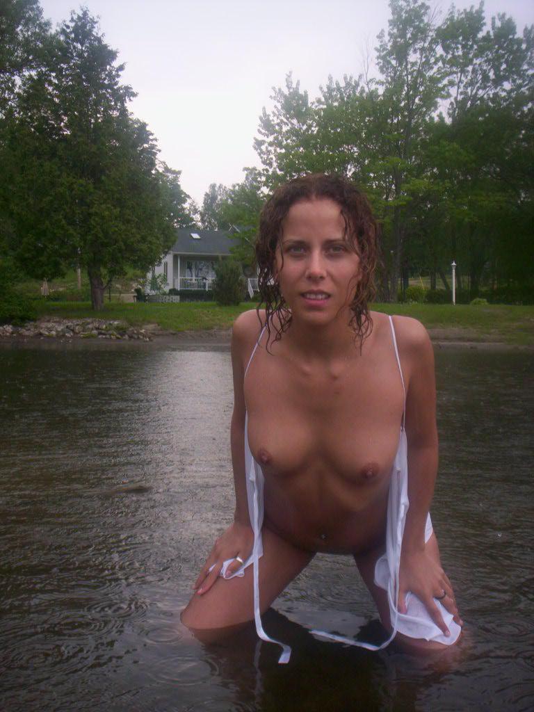 Бабенка в отпуске проводит время без одежды и белья