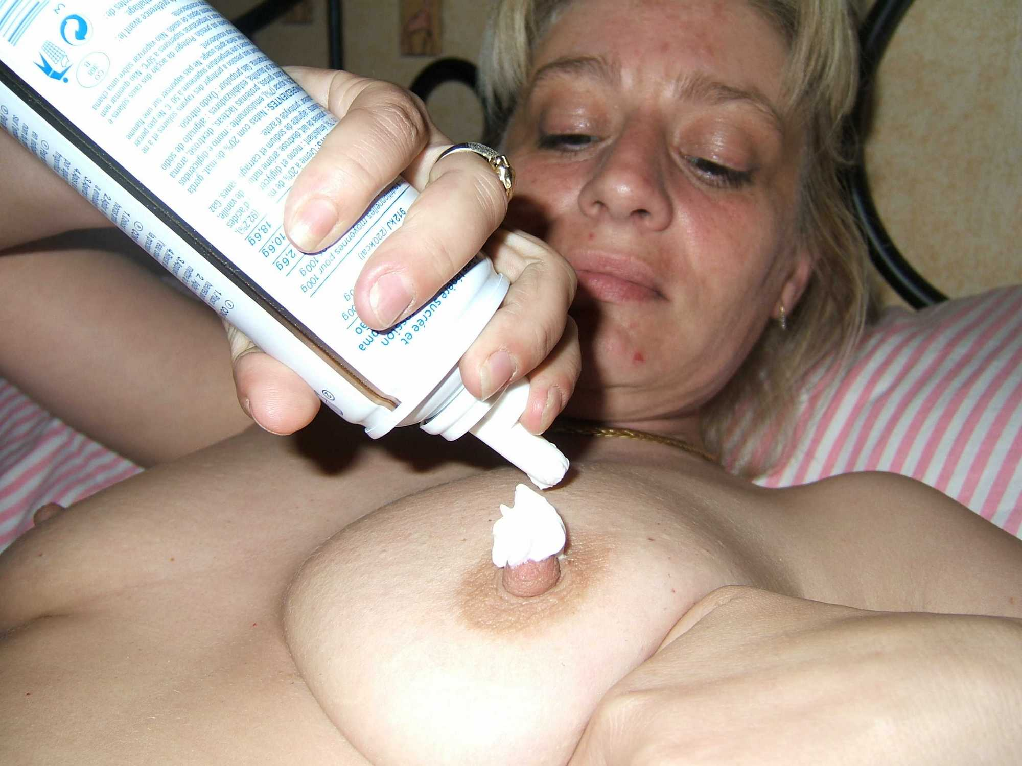 На кровати женщина засунула клубнику в письку