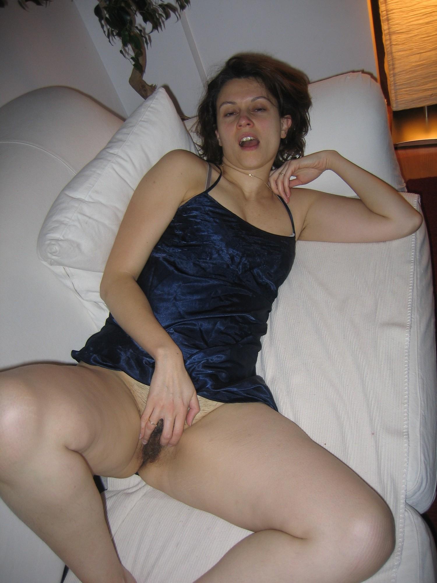 Жирная женщина на козетке показывает мохнатую писю