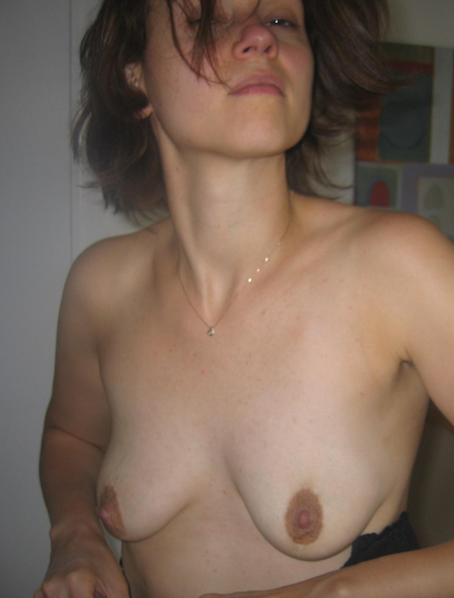 Девка показывает лохматую вагину отодвинув бикини