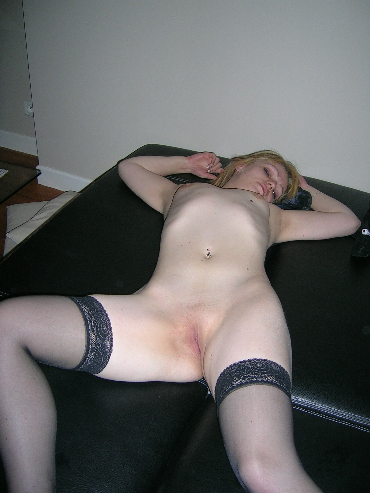 Лежа на спине девка показывает бритую киску