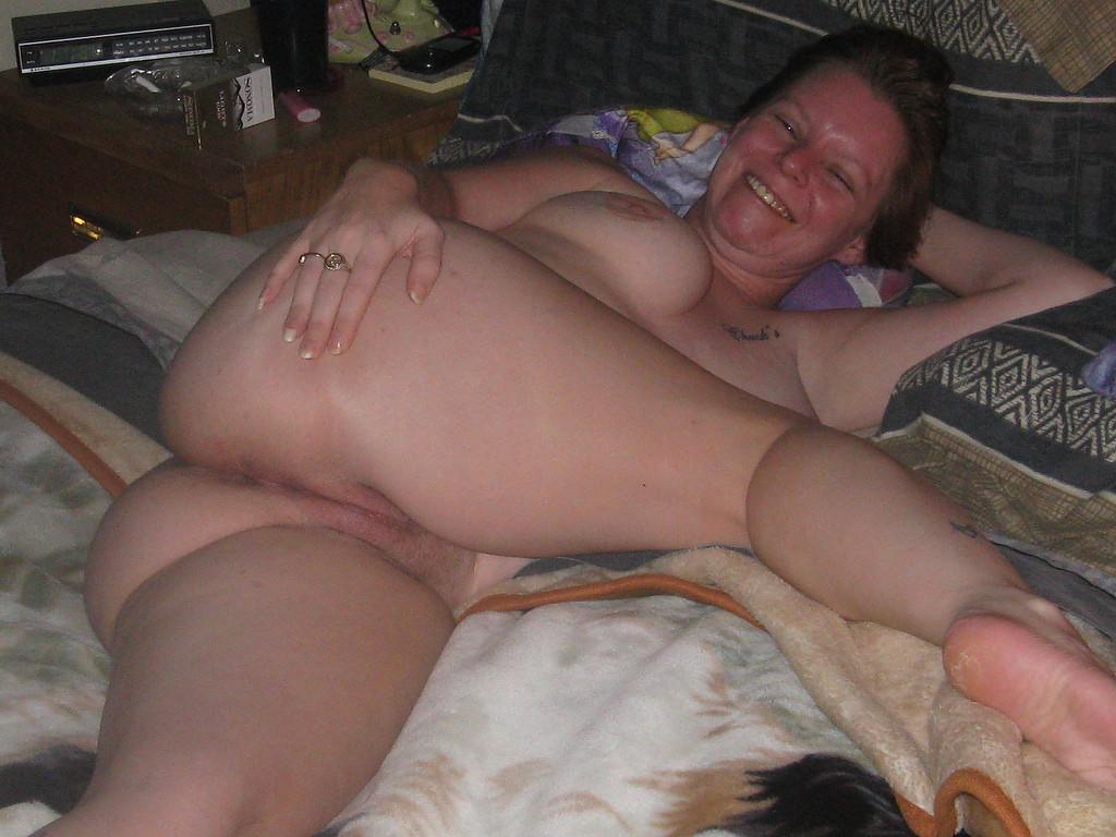 Голая дамочка светит вульвой на софе секс фото