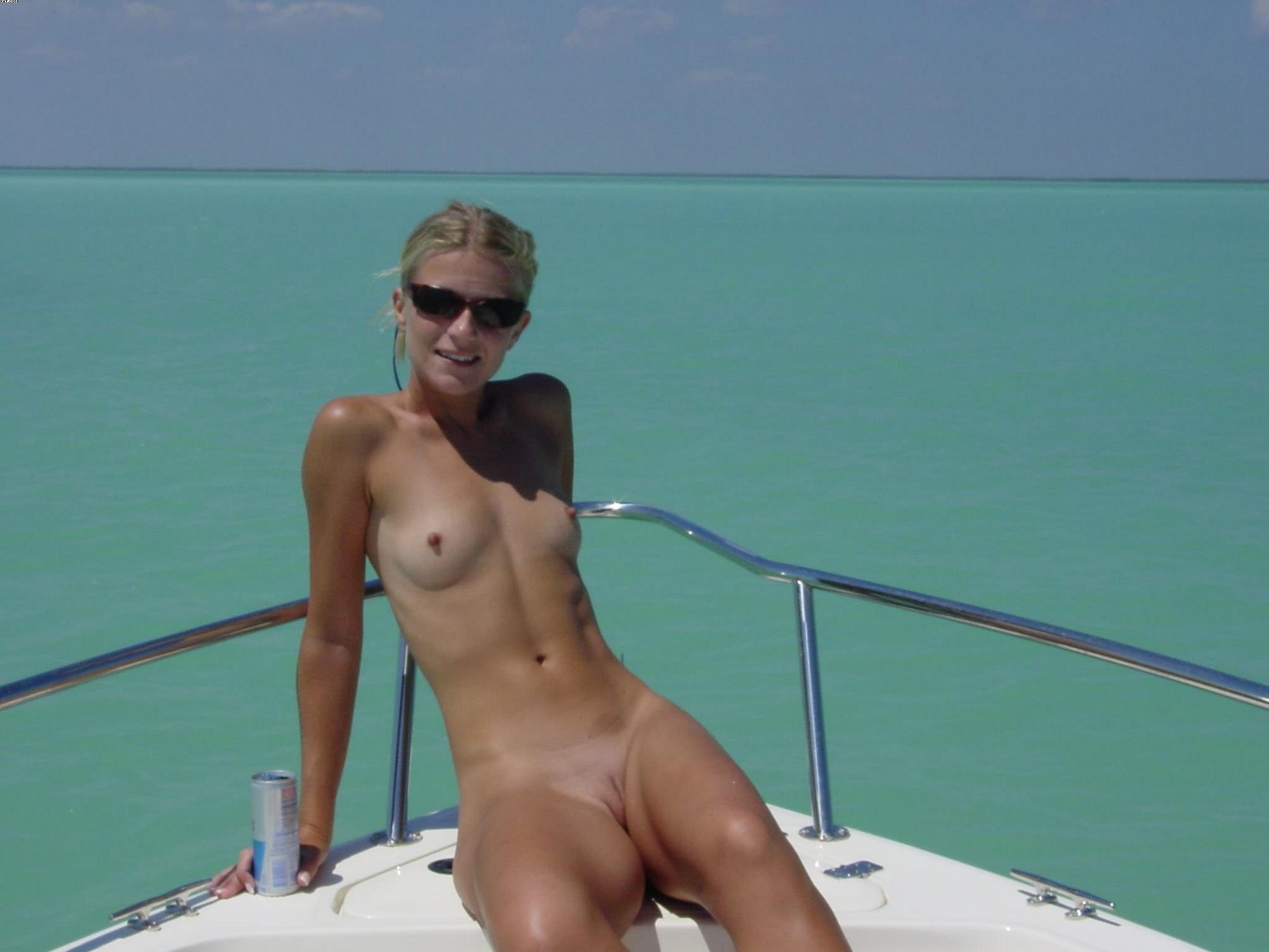 Чистая блондинка шалит без трусиков на палубе яхты смотреть эротику