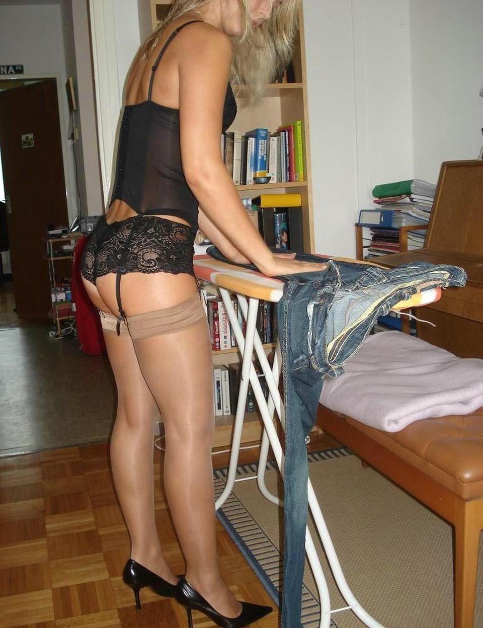 Симпатичная блондинка носит колготки на нагие буфера секс фото