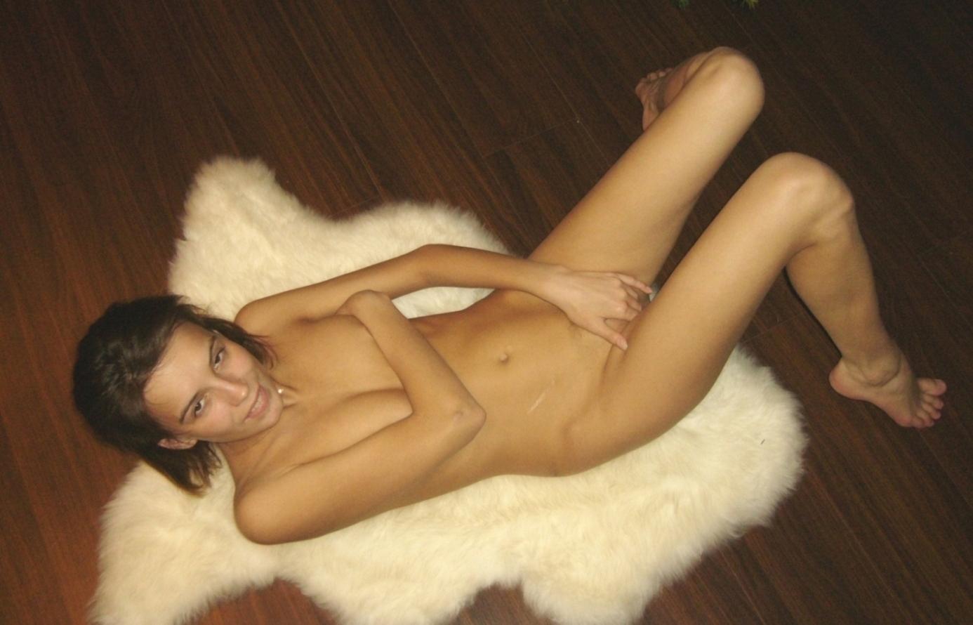 Даже на свежем воздухе красавица блистает обнаженными грудями смотреть эротику