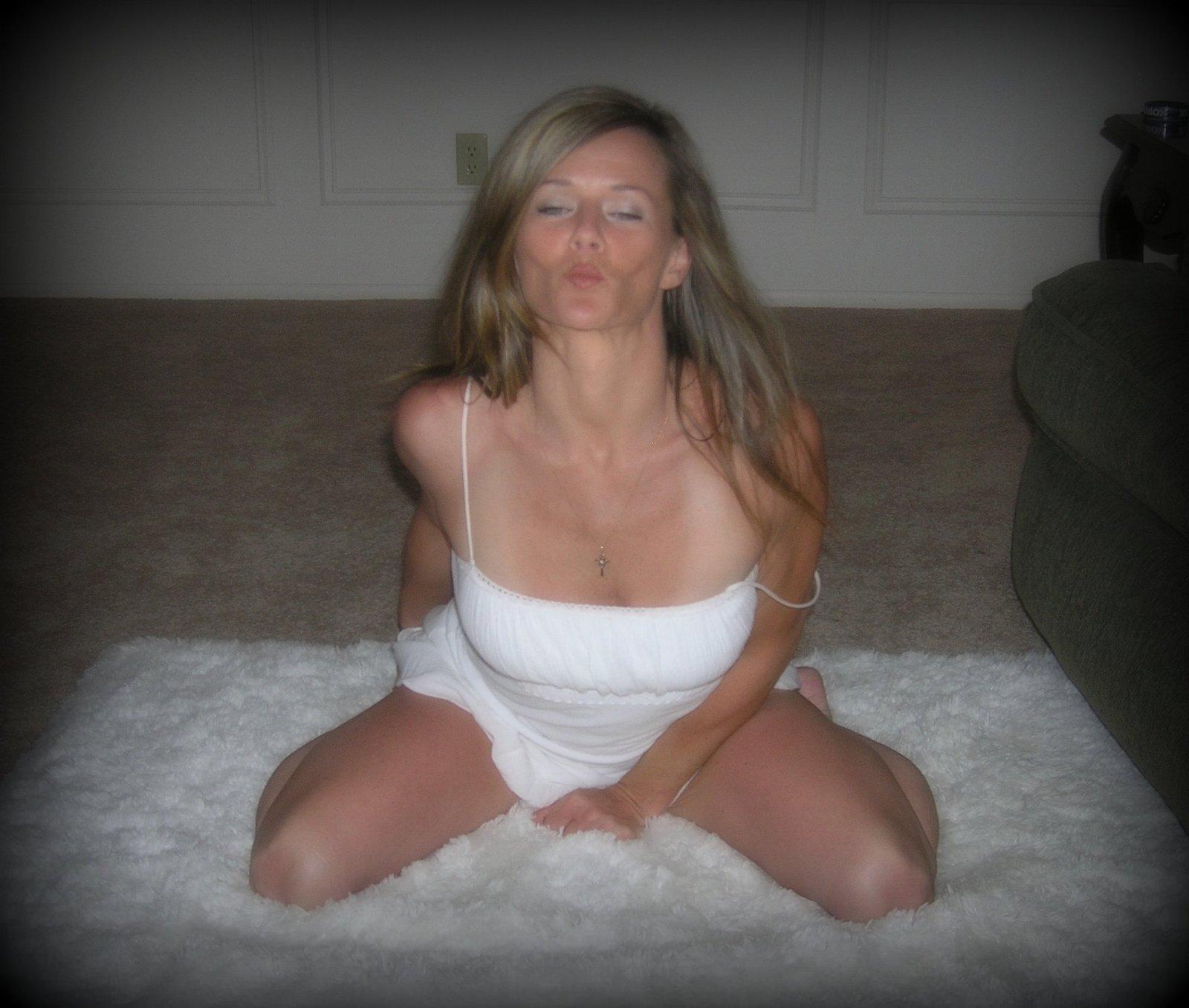 Сексуальная милфа в нижнем белье позирует в комнате